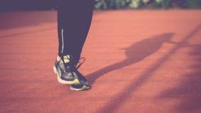 Närbild av att hoppa fot på hopprepet utomhus- sportar Flickabanhoppning på ett överhopprep på idrotts- fält stock video