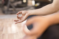 Närbild av att meditera för man Arkivfoto