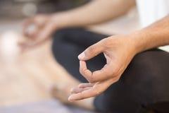 Närbild av att meditera för man Arkivfoton