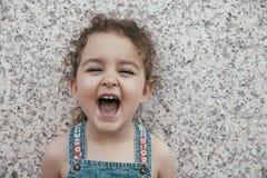 Närbild av att skratta lilla flickan Fotografering för Bildbyråer