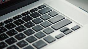 Närbild av att trycka på skriva inknappen i tangentbord arkivfilmer