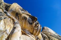 Närbild av att vila Buddhaframsidan i Ayutthaya nära Wat Lokayasu Royaltyfria Bilder