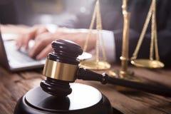 Närbild av auktionsklubban och rättvisa Scale royaltyfri bild