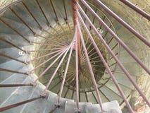 Närbild av avsnittet av spiraltrappuppgången med att numrera moment Sikt från vertikalt royaltyfri bild