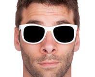 Närbild av bärande vit solglasögon för en man Arkivbild