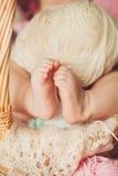 Närbild av babys hållande moders för hand finger med Royaltyfri Fotografi