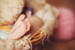 Närbild av babys hållande moders för hand finger med Royaltyfria Bilder