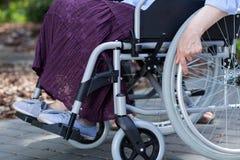 Närbild av ben av en rörelsehindrad kvinna Arkivfoton