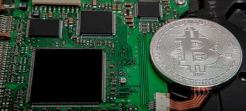Närbild av bitcoin, datorströmkretsbräde med bitcoinprocessorn och mikrochipers Elektronisk valuta, byracka för internetfinansryp royaltyfria foton