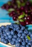 Närbild av blåbär i en platta arkivbild