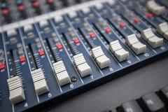 Närbild av blandande utrustning för ljud i televisionstudio Arkivbild