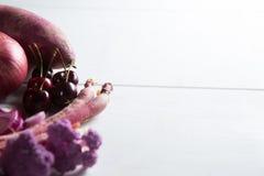 Närbild av blomkålen med körsbär Arkivfoton