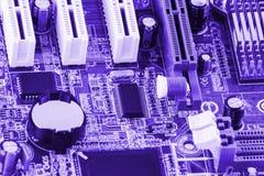 Närbild av brädet för elektronisk strömkrets med den tonade processorn arkivfoton