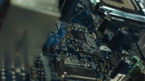 Närbild av brädet för elektronisk strömkrets med processorn stock video