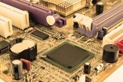 Närbild av brädet för elektronisk strömkrets med processorn royaltyfria foton
