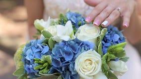 Närbild av bruden som rymmer hennes bröllopbukett