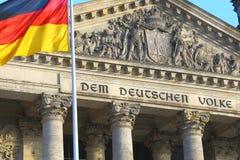 Närbild av Bundestag med den tyska flaggan, Berlin Royaltyfria Bilder