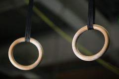 Närbild av cirklarna, som stadiga cirklar eller fortfarande cirklar, en konstnärlig gymnastikapparatur på en ljus suddig bakgrund Royaltyfri Bild