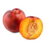 Närbild av de aptitretande mogna nektarinerna Saftiga och sunda frukter, på den vita bakgrunden Sommarfrukter royaltyfri bild