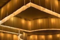 Närbild av dekorativ upplyst installat för bärnstensfärgat ljus för tak Royaltyfri Foto