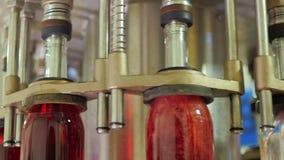 Närbild av den automatiserade transportörbeståndsdelen, genom att hälla vin Lutandekamera lager videofilmer