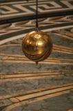 Närbild av den berömda bollen för koppar för Foucault klockpendel som svänger inom panteon i Paris Arkivfoton