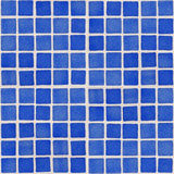 Närbild av den blåa keramiska glasade tegelplattan Arkivfoto