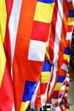 Närbild av den buddistiska flaggan Arkivfoto