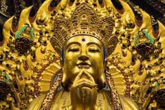 Närbild av den buddistiska gudstatyn i den forntida longhuatemplet veven för byggnadsporslinkonstruktion avslutade moderna nya ko Royaltyfri Foto