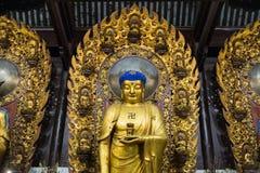 Närbild av den buddistiska gudstatyn i den forntida longhuatemplet veven för byggnadsporslinkonstruktion avslutade moderna nya ko Fotografering för Bildbyråer