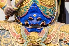 Närbild av den buddistiska gudstatyn i den forntida longhuatemplet veven för byggnadsporslinkonstruktion avslutade moderna nya ko Arkivfoton