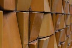 Närbild av den dekorativa tegelstenväggen med grunt djup av fältet Arkivbilder