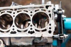 Närbild av den demonteraa motorn på ställningen Nya cylindrar Motorisk huvudreparation Sexton ventiler och cylinder fyra royaltyfri foto