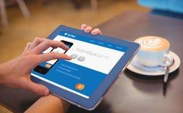 Närbild av den digitalt minnestavlan 3d och kaffe på tabellen Royaltyfri Fotografi