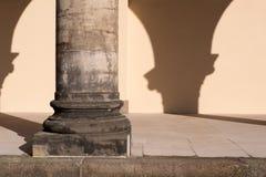 Närbild av den enkla stencorinthiankolonnen och portiken med den tomma väggen Royaltyfri Fotografi