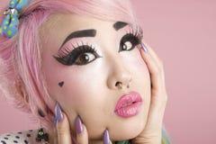 Närbild av den förskräckta unga kvinnan över rosa bakgrund Arkivfoton