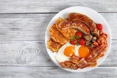 Närbild av den fulla engelska frukosten på plattan arkivbilder