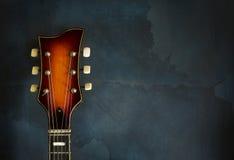 Närbild av den gamla elektriska jazzgitarren för headstock Arkivbild