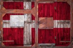 Närbild av den gamla lagerporten med nationsflaggan arkivbilder