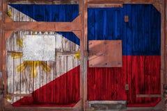 Närbild av den gamla lagerporten med nationsflaggan arkivfoto