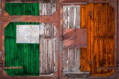 Närbild av den gamla lagerporten med nationsflaggan arkivbild