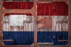 Närbild av den gamla lagerporten med nationsflaggan royaltyfria bilder