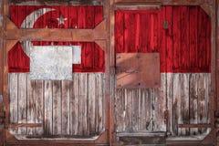 Närbild av den gamla lagerporten med nationsflaggan fotografering för bildbyråer