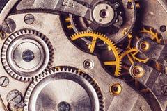 Närbild av den gamla mekanismen för klockaklocka med kugghjul Gammal mekanism för klockaklocka Retro urverk arkivbild