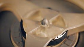 Närbild av den gamla rulle-till-rulle bandspelaren lager videofilmer