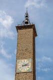 Närbild av den gamla stencampanilen med klockan en klocka i centret av Viterbo arkivfoton