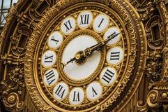 Närbild av den guld- klockan på den huvudsakliga korridoren för Quai D `-Orsay museum i Paris Royaltyfri Bild