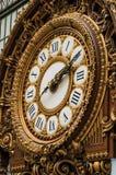 Närbild av den guld- klockan på den huvudsakliga korridoren för Quai D `-Orsay museum i Paris Arkivbilder