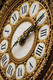 Närbild av den guld- klockan på den huvudsakliga korridoren för Quai D `-Orsay museum i Paris Royaltyfri Foto