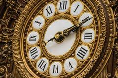 Närbild av den guld- klockan på den huvudsakliga korridoren för Quai D `-Orsay museum i Paris Fotografering för Bildbyråer